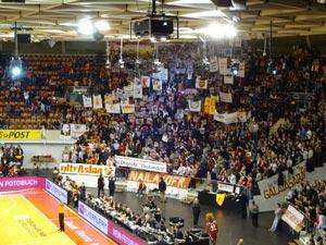 Galatasaray Istanbul Fans mit Alditüten im Audidome beim FC Bayern Basketball 23.1.2014