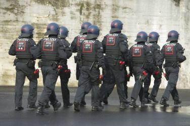 dpa116535470_polizei_hundertschaft_uniformiert_helm