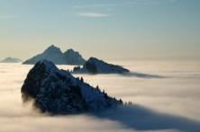 Laubeneck, Hennenkopf und Klammspitzen ragen über das Nebelmeer