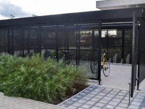 gesloten fietsenstalling met perfo wanden