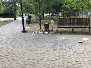 """мусор в сквере """"Белая акация"""""""
