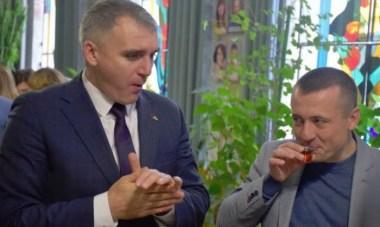 """Сенкевич выпивает с чиновниками (фото с сайта """"Новости-Н"""")"""