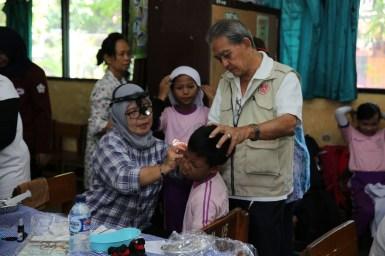 关爱组成员在协助耳检。