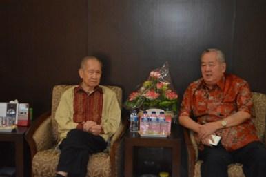 曾季瑾辅导主席与唐裕先生亲切交谈。