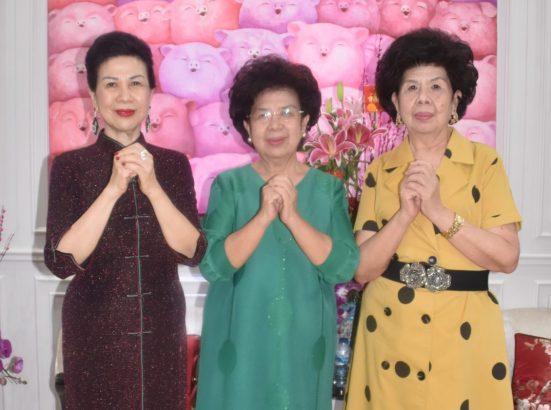 左起:黄软妹、黄软心、黄软珠向大家拜年。