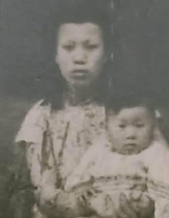 1954年,母亲抱着寒川飞来新加坡与父亲团聚