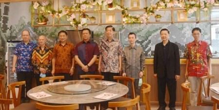 Victor Ganadhi(左起)、邝耀章、江泽民、Sonny Hamdani、何泉源、谭锦忠、黄贤安、谭自强在餐厅内合影。