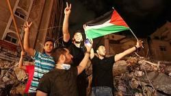 Sejumlah warga Palestina melambaikan bendera saat merayakan gencatan senjata antara Israel dan dua kelompok bersenjata Palestina di Kota Gaza, yang dimediasi oleh Mesir, Jumat, 21 Mei 2021. (Foto: AFP)