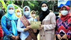 Ketua TP PKK Kota Banjarbaru Vivi Mar'i Zubedi (dua kanan) dalam suatu kegiatan. (Foto: Humpro Kota Banjarbaru)