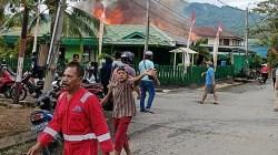 Kebakaran yang menghanguskan Kantor Eks PA Kotabaru di Kalimantan Selatan. (foto: icah)