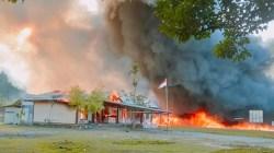 Sejumlah gedung pemerintahan di Kabupaten Yalimo, Papua, dibakar oleh massa hari Selasa 29/6 (courtesy: Polda Papua).