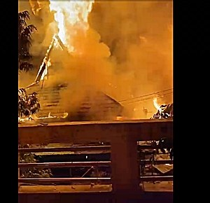 BREAKING NEWS, Pasar Taibah Martapura Terbakar, Api Sangat Cepat Menggulung Pertokoan