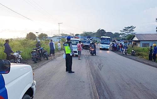 Polisi saat melakukan serangkaian olah TKP ditempat kejadian kecelakaan menewaskan satu orang pengemudi. (Foto: Polres Tanah Bumbu)