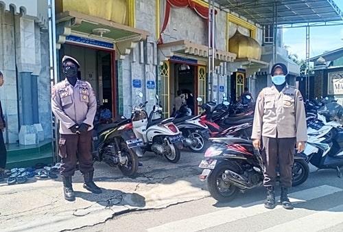 Anggota Polwan Polres Tabalong melakukan pengamanan di masjid. (foto: humas)