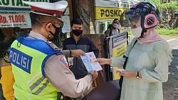 Satuan Satlantas Polres Kotabaru saat memberikan stiker kepada pengunjung di Objek Wisata Pantai Gedambaan (Sumber Foto: Kasatlantas/koranbanjar.net)