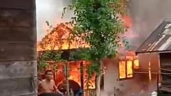 Kebakaran yang terjadi di Desa Tabunganen, Kabupaten Batola siang tadi. (foto: faqih)