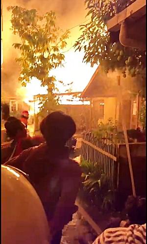 Kebakaran di Jl Soetoyo yang telah menghanguskan 6 rumah. (foto: yanda)