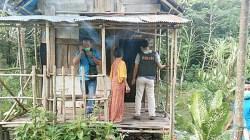 Kepolisian melakukan olah TKP di rumah si nenek di Pulang Pisau, Kalteng. (foto: Borneo24/koranbanjar.net)