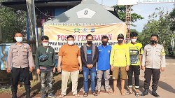 Petugas berjaga di Posko PPKM Mikro Kota Marabahan. (foto: faqih)