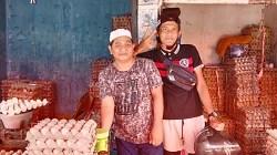 Ismail penjual telur. (foto: aristy)