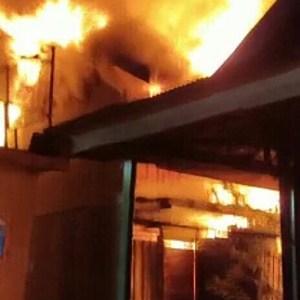 BREAKING NEWS, Api Berkobar di Gang Famili Martapura, 1 Rumah Bedak Terbakar