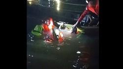 PENEMUAN – Korban Aulia Hasanah ditemukan oleh petugas di Sungai Mantuil Banjarmasin. (foto: yanda/koranbanjar.net)
