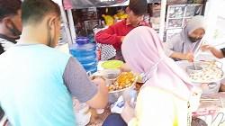Pedagang pentol di Kota Banjarmasin ini selalu diserbu pembeli. (foto: Leon)