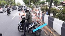 Gagal fokus, pengendara ini nyaris menabrak pagar jalan. (foto: yanda)