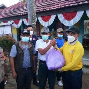 Rusli Meninjau dan Serahkan Bantuan Korban Banjir di Satui