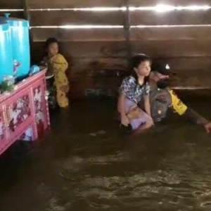 Aksi Heroik Anggota Polsek Aruta Kalteng, Gendong Bocah yang Terjebak Banjir