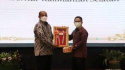 Safrizal menerima cinderamata dari Wabup HSS Syamsuri Arsyad, Rabu (25/8/2021) malam. (Sumber Foto: Kominfo HSS)