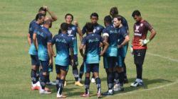 Pemain Persib Bandung saat menjalani latihan bersama dengan Persib U-20 di Stadion Gelora Bandung Lautan Api (GBLA), Bandung, Sabtu (28/8/2021). (HO/Persib.co.id)