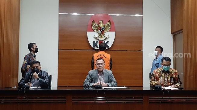 KPK resmi menetapkan Wakil Ketua DPR RI Azis Syamsuddin tersangka. (Suara.com/Yaumal)