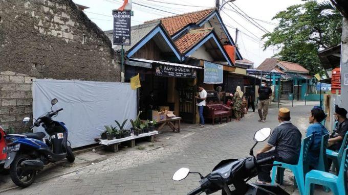 Suasana rumah duka ustaz ditembak di Pinang, Tangerang, Minggu (19/9/2021). [Suara.com/ Jehan Nurhakim]