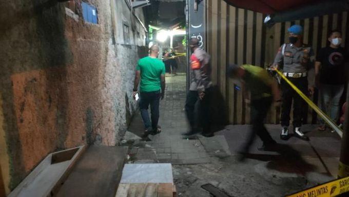 Polisi melakukan penyelidikan di TKP penembakan ustaz di Pinang, Tangerang, Minggu (19/9/2021). [Suara.com/Jehan Nurhakim]