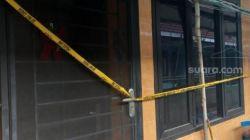 Garis polisi terpasang di kediaman SS (29) yang nekat bunuh diri live via TikTok di Rusun Bidara Cina, Jatinegara, Jakarta Timur, Jumat (10/9/2021). [Suara.com/Yosea Arga Pramudita]