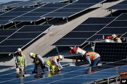 Para pekerja memasang panel surya di atap bandara Van Nuys di Los Angeles (foto: ilustrasi). Sekitar 80 persen panel surya saat ini dibuat dari silikon.