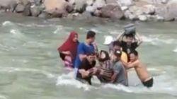 Warga evakuasi ibu jatuh dari jembatan gantung dan tercebur ke sungai. [Instagram]