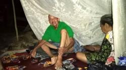 Sepasang lansia yang telantar hidup di Kota Barabai, Kalsel. (foto: ramli)