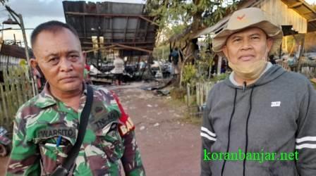 Aparat desa dan Babinsa Gambut, Kabupaten Banjar sedang melakukan koordinasi membantu korban kebakaran di Gambut, Kalsel. (foto: leon)