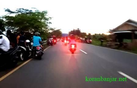 AKSI – Para remaja bersiap untuk balap liar.(foto: koranbanjar.net)
