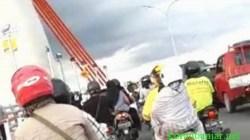 PADAT – Pengendara roda dan empat memenuhi jembatan Alalak alias jembatan Ading Basit di Kota Banjarmasin, Kalsel. (foto: tangkapan layar video).
