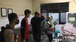 EVAKUASI – Korban, mahasiswa Kalteng saat dibawa ke rumah sakit dan dinyatakan meninggal dunia. (foto: Borneo24/koranbanjar.net)