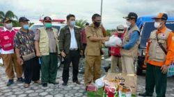 Wabup Batola, Rahmadian Noor menyeahkan bantuan banjir ke Katingan, Kalteng. (foto: faqih)