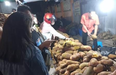 Emak-emak melakukan aksi borong buah cimpedak di Kota Banjarmasin. (foto: leon)