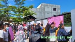 Para pendemo melakukan aksi di depan PT SDO Kotabaru. (foto: icah)