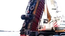 Truk fuso yang jatuh di Sungai Barito diderek, untuk diangkat ke daratan oleh pihak Pelabuhan Trisakti Banjarmasin. (foto: istimewa)