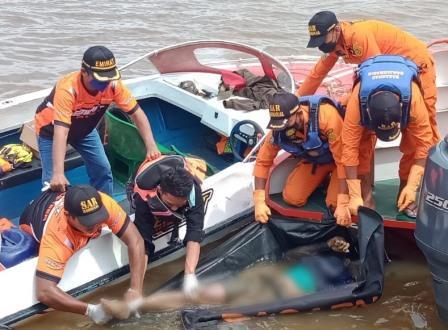 Korban, Sadir, warga Jawa Timur saat ditemukan di Sungai Barito Banjarmasin, Senin (13/9/2021). (foto: yanda)