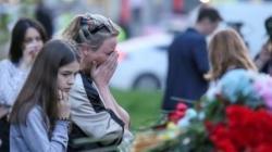 Seorang wanita menangis di dekat tugu peringatan korban penembakan mematikan di sekolah di Kazan, Rusia, 11 Mei 2021. Pada 20 September, sebuah penembakan di sebuah kampus di Rusia menewaskan 5 orang. (Foto: REUTERS/Artem Dergunov)
