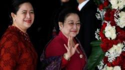 Mantan Presiden Indonesia Megawati Soekarnoputri melambai kepada wartawan saat ia tiba bersama putrinya Puan Maharani, Menteri Koordinator Pembangunan Manusia dan Kebudayaan Indonesia, untuk menghadiri pidato kepresidenan menjelang Hari Kemerdekaan. (foto: voa)
